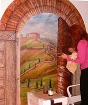 l'artista Anna Maria Guarnieri mentre esegue il trompe l'oeil